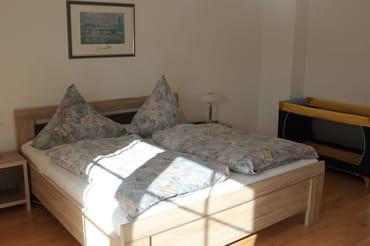 Schlafzimmer mit Balkon, Kinderreisebett begehbarer Kleiderschrank