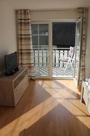Schlafzimmer mit Balkon, Kinderreisebett, TV