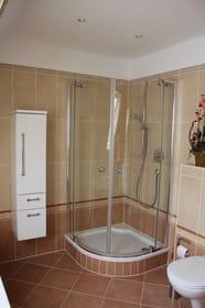 Großes Bad mit Echtglas- Dusche, WC