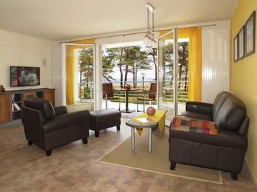 großzügiger Wohnbereich mit Zugang zum Balkon (Seeblick)