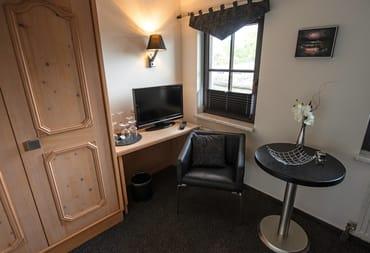 Detailansicht Einzelzimmer, hier Sitzgruppe, Minibar, Kleiderschrank
