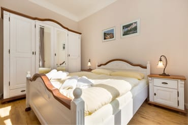 Das Schlafzimmer bietet ein Doppelbett ...