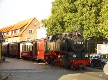 """Traditionsbahn """"Molli""""  (hier: im Zentrum von Bad Doberan)"""