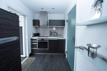 Blick in den Küchenbereich, mit moderner Einbauküche
