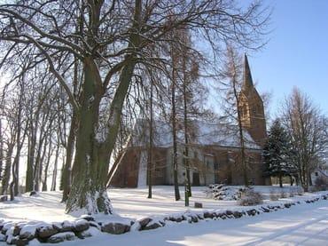 Die Michaeliskirche in Krummin im Schnee