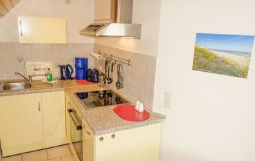 Pantryküche mit Essecke, Microwelle, Kaffeemaschine, Toaster und Wasserkocher