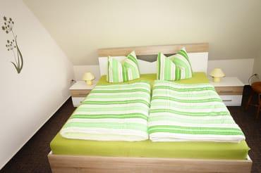 Schlafzimmer mit Ehebett und Kleiderschrank