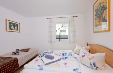 Für die dritte Person steht im Schlafzimmer entweder ein separates Einzelbett bereit, aber auch die Couch im Wohnbereich lässt sich im Handumdrehen in ein weiteres Schlafgemach verwandeln.