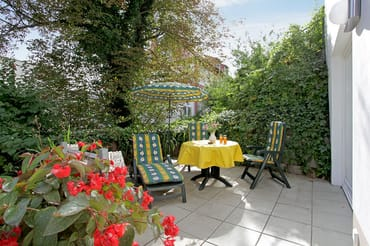 Vom Wohnzimmer erreichen Sie Ihre private Terrasse, die zum Sonnenbaden ...