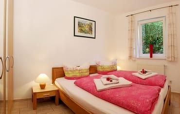 Das freundlich eingerichtete Schlafzimmer ist mit einem bequemen Doppelbett (180x200cm) ausgestattet.