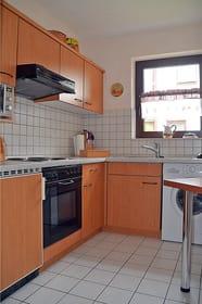 komplett eingerichtete separate Küche mit Waschmaschine