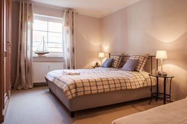 erster Schlafraum mit Doppelbett und Einzelbett