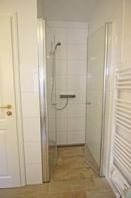 Modernes, großzügiges Bad mit bodengleicher Dusche