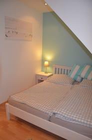 Schlafzimmer 2 mit Ehebett OG