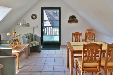 Wohn- und Essbereich mit Blick zum Balkon