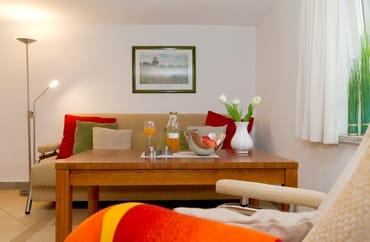 Der Wohnraum ist mit bequemen Polstermöbeln ausgestattet, die nach einem anstrengenden Tag zum Entspannen einladen.