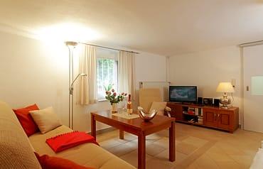 Ein moderner Flat-TV macht es möglich, dass Sie auch im Urlaub auf keine Ihrer Lieblingsserien verzichten müssen.
