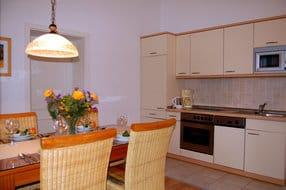 Die integrierte luxuriöser Küchenzeile bietet alles, was das Kochherz begehrt.