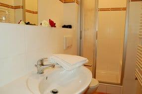 Das Badezimmer besitzt WC und Dusche.