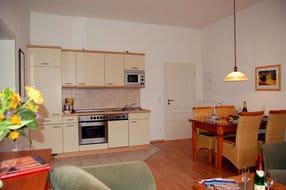 Die integrierte hochwertige Küchenzeile besitzt jeglichen Luxus, den Sie sich von einer Küche wünschen. Der Balkon lädt zum Sonnenbaden ein.
