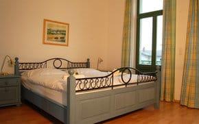 Das erste Schlafgemach ist mit einem komfortablen Doppelbett ausgestattet. Die Einrichtung ist in einem sanften blau gehalten – Sie schlafen sozusagen wie im Himmel.