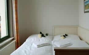 Im 2. Schlafzimmer steht ein hochwertiges Einzelbett, das sich zu einem Doppelbett ausziehen lässt. Auch die Couch im Wohnzimmer können Sie als Schlafstätte für zwei weitere Gäste umfunktionieren.