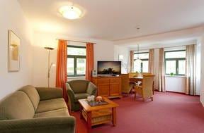 Das helle Zwei-Zimmer-Appartement befindet sich im Gartengeschoss und bietet mit seiner 60 Quadratmeter großen Wohnfläche ausreichend Platz für den erholsamen Urlaub.
