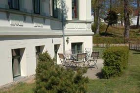 Vom Wohnzimmer erreicht der Gast die private Terrasse, die zum Sonnenbaden oder zur abendlichen Spielrunde genutzt werden kann.