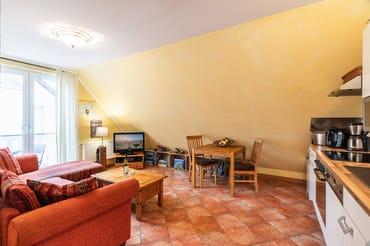 Das helle Zwei-Zimmer-Appartement im 1. Obergeschoss unseres Hauses Strandläufer bietet insgesamt 3 Personen eine gemütliche Urlaubsoase auf 40m². Der kombinierte Wohn- Koch u. Essbereich ...