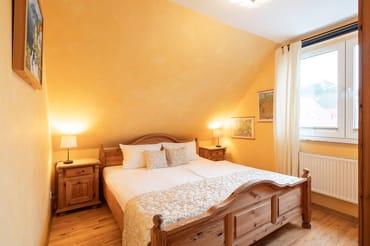 Das Schlafzimmer ist mit einem Doppelbett (180 x 200cm / zwei getrennte Matratzen) ausgestattet. Auf dem Schlafsofa im Wohnbereich kann eine weitere Personen bequem übernachten.