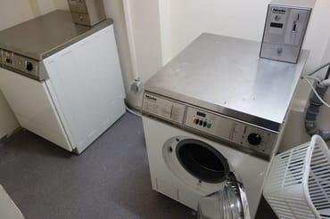 Waschmaschine und Trockner mit Münzzahlung