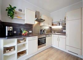 Die hochwertige Küche ist komplett ausgestattet mit Geschirrspüler, Backofen etc.