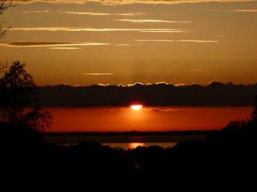 Wunderschöner Sonnenuntergang über der Ostsee im Juni, Blick vom Strandkorb aus