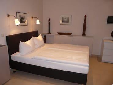 Schlafbereich mit Doppelbett (Hotel-Boxspringbett mit Bandscheiben-Federkernmatratze, 1,60 m x 2 m), Kommode, Kleiderschrank
