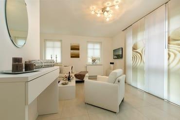 separates Wohnzimmer mit gemütlicher hochwertiger Lounge-Ecke, LED-TV , 2.1 BluRay SurroundsoundAnlage