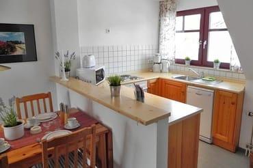 komplett eingerichtete Küche mit Backofen .