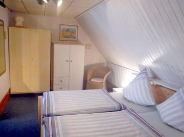 2. Schlafzimmer für max. 4 Personen,  befindet sich unter dem Dach, und ist über eine kleine Treppe zu erreichen.