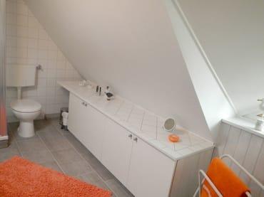 Das Badezimmer befindet sich unter dem Dach, und ist über eine kleine Treppe zu erreichen.