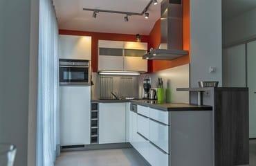 Moderne Einbauküche mit hochwertigen Markengeräten