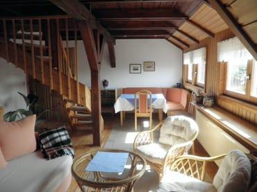 Eßplatz im Wohnzimmer, links geht die Treppe in den zweiten offenen Schlafraum