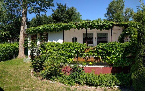 Doppel-Bungalowhälfte / Ferienwohnung mit Sonnenterrasse und Grünfläche