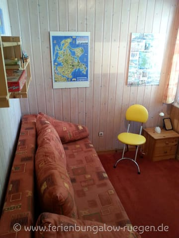 zweites Schlafzimmer / Kinderzimmer mit ausziehbarer Couch und Kleiderschrank bzw. bietet auch Platz für 2 Babybetten