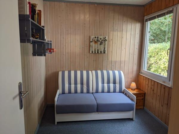 zweites Schlafzimmer / Kinderzimmer mit einzeln ausziehbarer Couch und Kleiderschrank. Alternativ bietet der Raum Platz für 2 Babyreisebetten