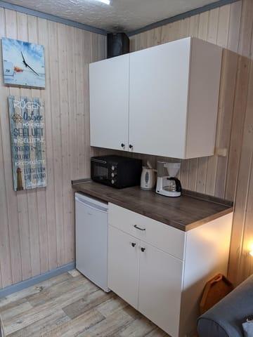 Wohnbereich mit offener Küche, Kühlschrank, mini-Backofen, Kaffemaschine, Toaster, etc.