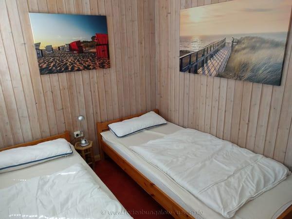 Schlafzimmer mit zwei Betten und Kleiderschrank