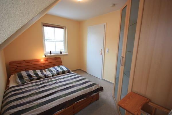 Schlafzimmer 2 mit Doppelbett und Ganzkörperspiegel