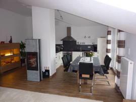 Küche mit Esstisch und Balkon