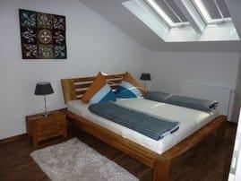Schlafzimmer mit Doppelbett, links grosser geräumiger Kleiderschrank