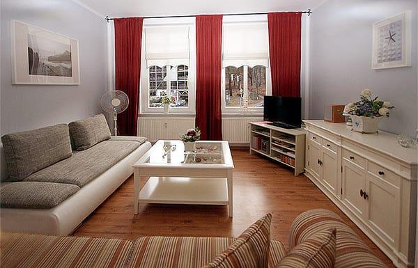 Wohnzimmer mit Flat-TV, Schlafcouch, Stereoanlage