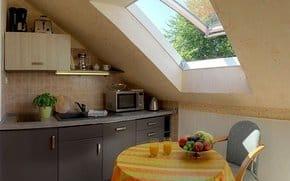 Die separate Küche mit moderner Küchenzeile (inkl. Geschirrspüler) und Essplatz für zwei Personen lässt keine Wünsche offen.